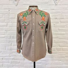 Vintage Embroidered Wool Gabardine Western Unique Embroidery on Cowboy Shirt w/ Sawtooth Pockets. Vintage Pants, Vintage Clothing, Vintage Outfits, Vintage Fashion, Cowgirl Outfits, Western Outfits, Western Shirts, Vintage Western Wear, Vintage Cowgirl