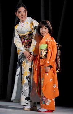 『日本の美を愛でる』着物ファッションショーにモデルとして出演した石原さとみ(左) (C)ORICON DD inc.