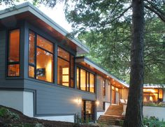 Atomic Ranch House Design Ideas: Modern Atomic Ranch With Mid Century Architecture Using Modern Exterior Surround With Forest Is Natural House Design Idea Paint Colors For Home, House Colors, Paint Colours, Split Entry Remodel, Shiplap Siding, Wood Siding, Shiplap Wood, Vinyl Siding, Ranch House Remodel