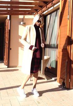 Scarpe Nike Stan Smith, cappotto classico beige, gonna tartan, maglione bordeaux