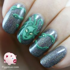 I love this mani I made! It's Medusa and all of her snake-hair, it looks vicious but also really cool. Ofcourse I used my detail brush from Christrio Scotland again (I just can't believe that brush!) and acrylic paint, and SuperChic Lacquer Mink as the base color.