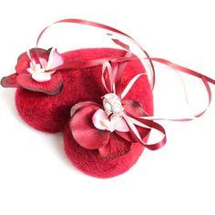 """Ein rotes Ringherz mit Orchideen für eure Trau(m)ringe!  Ob für die standesamtliche Trauung oder das """"volle Programm"""" in der Kirche: Eure Ringe sind so perfekt in Szene gesetzt.  Bindet sie einfach an die Satinbänder und TRAUT EUCH!"""