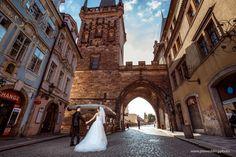 Beautiful asian couple on Prague streets 👰🤵🏰🇨🇿   📷 Photographer: Constantin Gololobov #prewedding #prague #preweddingphotography #photographerineurope #preweddinginprague #photographerinprague #布拉格 #布拉格婚纱摄影 #婚礼 #新娘 #蜜月 #海外婚紗攝影 #婚纱摄影