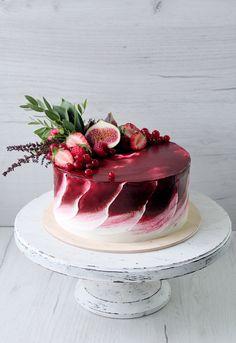 Яркий торт для небольшой свадьбы в винных тонах. Внутри сочный бисквит брауни, малиновый курд и свежая малина в прослойке. Украшен торт инжиром, малиной, клубникой, красной смородиной и свежей зеленью. Автор Instagram.com/juso.cakes