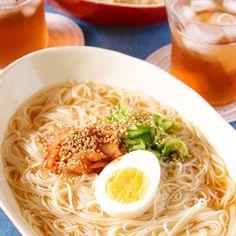 そうめんで作る♪さっぱり美味しい焼肉屋さんの冷麺風 Japanese Noodles, Japanese Food, Pasta Noodles, Junk Food, Ramen, Spaghetti, Appetizers, Lunch, Cooking