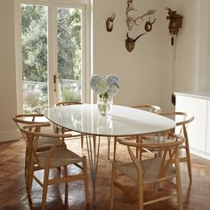 y stolene er bare helt perfekte her! Dining Room, Dining Table, Table And Chairs, Tables, Best Dining, Toulouse, Home Look, Black House, Life Is Beautiful