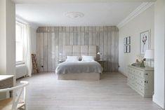 lambris mural clair dans une chambre à coucher coquette en blanc
