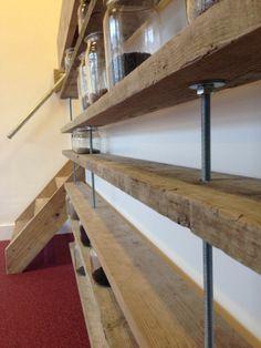 hangende boekenplank gemaakt van draadeinden en steigerhout, past goed bij de siergrindvloer