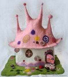 Das ist eine Lampe die im Nassfilzverfahren umfilzt wurde, und als Zauberhaftes Märchen-Lolli-Haus gemacht.