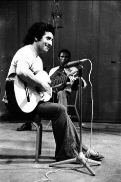 WEBGUERRILLERO: A 41 años de la muerte de Víctor Jara: 110 fotos suyas que quizá no conoces Victor Jara, Easter Island, Rock And Roll, Che Guevara, Memes, Outfits, Singers, Musica, Indigenous Art