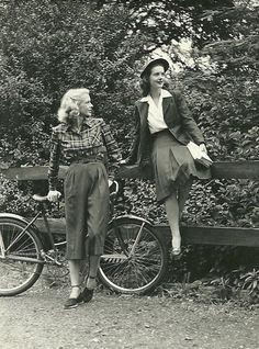 Мода 40-х годов диктовалась не модными домами и дизайнерами, а суровыми условиями, в которые были поставлены почти все страны мира. Заметили, даже во время войны женщины были элегантны.!