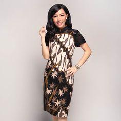 EQD - Edged Qipao Dress - Bamboo Parang Black Brown The perfect piece for semi-formal to formal events! The dress is adorned with Qipao neckline and delicate piping. Material : Batik Full Tulis, Embroidered Cotton and Brocade Batik Kebaya, Batik Dress, Big Dresses, Dress Outfits, Maxi Dresses, Batik Parang, Mode Batik, Batik Couple, Diy Fashion