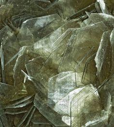 Muscovite KAl 2 (Si 3 Al) O 10 (OH)2 9.K.15   9: SILIKATE (Germanate)  E: Phyllosilikate  C: Phyllosilikate mit Glimmerblättern, bestehend aus tetraedrischen und oktaedrischen Netzen