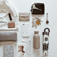【in my bag】みんなのバッグの中身公開中 Purse Essentials, Fashion Essentials, What In My Bag, What's In Your Bag, Minimalist Bag, Minimalist Fashion, My Bags, Purses And Bags, Inside My Bag
