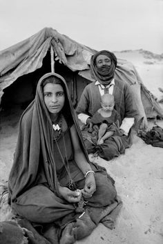 Africa | Tuaregs from Mali fleeing the drought in March 1974. At Timouanine, south of Algeria | ©Raymond Depardon
