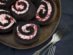 Liquorice cake roll with raspberry meringue frosting Köstliche Desserts, Delicious Desserts, Dessert Recipes, Yummy Food, Rasberry Cake, Raspberry Meringue, Hot Cocoa Recipe, Something Sweet, No Bake Cake