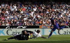 Novena Jornada de Liga. Valencia - FCB (2-3). Luis Suárez, autor del segundo tanto, remata a puerta durante el partido. El uruguayo, siempre efectivo, estuvo muy activo durante todo el encuentro.