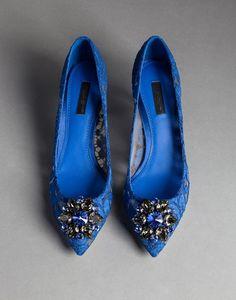 КРУЖЕВНЫЕ ТУФЛИ BELLUCCI С БРОШЬЮ - Туфли - Dolce&Gabbana - Зима 2015