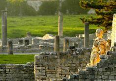 Sites Antiques de Vaison la Romaine - roman archeology site - 84110 Vaison la Romaine, place du 11 novembre