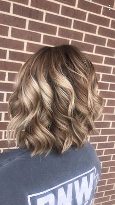 Natural blonde balayage Love everything about this cut! Cut color and style Mom Hairstyles, Pretty Hairstyles, Medium Hair Styles, Short Hair Styles, Fall Blonde Hair, Hair Color And Cut, Hair Affair, Great Hair, Hair Dos
