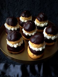 Fekete ruha, fehér gallér, belül pedig lágy, vaníliás krém. Ez a franciák apáca fánkja, ami égetett tésztából készül, és csak egy kis odafigyelés... Hungarian Cake, Hungarian Recipes, Mousse, Sweet Cookies, Sweet Recipes, Cookie Recipes, Cake Decorating, Cheesecake, Food And Drink