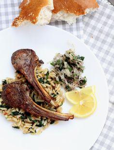 Kuzu pirzola&soğan salatası (Grilované jahňacie kotlety a cibuľový šalát)