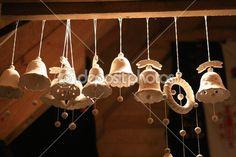 campanas de cerámicas hecha a mano en el mercado de Navidad en Ucrania — Imagen de stock #23046866