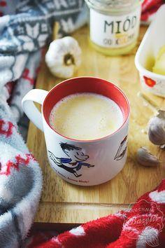 Mleko z czosnkiem, masłem oraz miodem postawi Was na nogi. Spróbujcie tego naturalnego antybiotyku, który poprawi Wasze samopoczucie. Fondue, Latte, Tableware, Ethnic Recipes, Desserts, Tailgate Desserts, Dinnerware, Deserts, Dishes