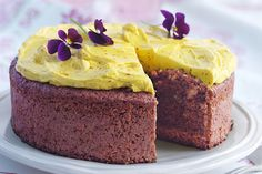 Den här ljuvligt saftiga kakan är bakad med färska rödbetor och valnötter. Kakan toppas med en god och vackert gyllene saffranskräm.
