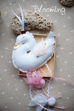 Ολοκληρωμένη μπομπονιέρα υφασμάτινος κύκνος διάσταση 12Χ16 εκ. Baptism Ideas, Baby Christening, Hello Everyone, Diy Gifts, Flamingo, First Birthdays, Bride, Christmas Ornaments, Holiday Decor