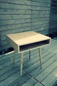 Table de chevet par woodstuff - Contre-plaqué finition chêne, pieds en Hêtre et champs stratifié blanc.
