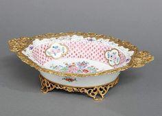 Anbietschale, Porzellan und vergoldetes Metall, Limoges, Frankreich, ovale, tief gemuldete Schale mi — Porzellan