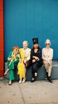 Advanced Style ladies at NYC Fashion Week 2013 Looks like an older cast for Sex & The City! Love these ladies styles; love style at every age. What fun Mode Style, Style Me, Foto Picture, Estilo Hippie, Ellen Von Unwerth, Vogue, Looks Street Style, Ageless Beauty, Advanced Style