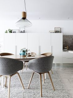 Clean lines in this simple dining room featuring a wood and grey dining set // ChicDecó