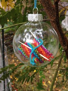 Ravelry: holeymolee's #Christmas #knit #ornaments What a cute idea! Now I wish I'd picked up those clear Christmas balls at AC Moores! Rats!