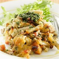 This free pesto mince & macaroni bake recipe is amazing. The basil pesto adds extra flavour to the mince and the white sauce is made with cr. Chicken Spaghetti Recipes, Pasta Recipes, Chicken Recipes, Cooking Recipes, Oven Recipes, Recipies, South African Dishes, South African Recipes, Ethnic Recipes
