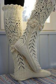 KARDEMUMMAN TALO: Maalaisromanssi - kaunista romantiikkaa Mittens, Combat Boots, Tuli, Socks, Crochet, Accessories, Fashion, Fingerless Mitts, Moda