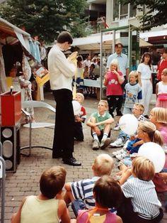Goochelaar Aarnoud Agricola treedt op met een goochelshow tijdens een braderie in Houten in het begin van de jaren negentig.
