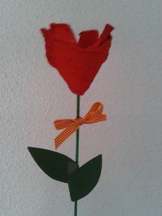 Rosa de Sant Jordi hecha con hueveras by La Maryeta
