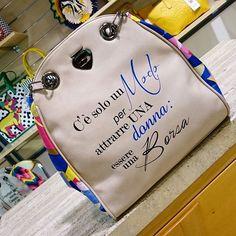 """Pronti per la nuova #collezioneprimaveraestate2016 de #lepandorine? In questa foto, la frase della #shopper #classicmini #Borsa recita così: """"C'è un solo modo per attrarre una donna: essere una Borsa""""! € 95,00. ▶ Per Info e Acquisti: WhatsApp 3381942305, Facebook Pvt,  carpelpelletterie@gmail.com ◀   Link : http://www.carpelshop.com/borse-donna-le-pandorine/le-pandorine-classic-mini-borsa_570.html"""