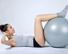 Die oberen Bauchmuskeln trainieren mit Stuhl oder Gymnastikball.