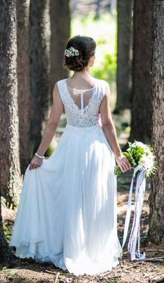 8f69633366d1 Lehounké svatební šaty s krajkovým živůtkem lehounké splývavé svatební šaty  krajkový živůtek s hlubším V výstřihem