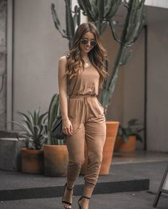 A imagem pode conter: 1 pessoa, em pé jeans in 2019 комбинезон, мода Casual Chic Outfits, Sporty Outfits, Trendy Outfits, Cute Outfits, Spring Outfit Women, Summer Fashion Outfits, Moda Casual, Look Chic, Beautiful Outfits