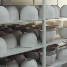 """Tazón térmico MAGNO Línea de Contenedores Térmicos """"Cómodo""""  Materiales: Porcelana y cuero Capacidad: 380 cm3  #diseño #ceramica #porcelana #cuencos #taza #termico #regalo  #design #ceramic #porcelain #bowl #mug #thermal #gift #slowfood #slowlife #slowlifestyle #ceramicdesign #ceramicdesigner"""