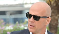 Bruce Willis rockin' the Ray Bans! Ray Ban Sunglasses Sale, Mens Sunglasses, Ray Ban Store, Lunette Ray Ban, Ray Ban Outlet, Bruce Willis, Real Style, Men's Grooming, Eyewear