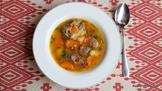 Borș de miel cu leuștean rețeta tradițională de ciorbă de miel. Cum se face ciorba de miel acrită cu borș sau lămâie si aromatizată cu leuștean? O rețetă de ciorbă de miel pentru Paști sau Rusalii. Ciorbă sau borș de miel cu legume și zarzavaturi de sezon. Ce carne punem la borș de miel? Thai Red Curry, Lamb, Paste, Ethnic Recipes, Soups, Food, Modern, Honey, Chef Recipes