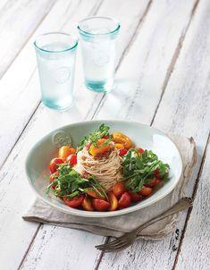 토마토냉국수 - 토마토와 루콜라를 곁들인 퓨전 스타일 국수. 토마토 특유의 새콤하고 짭조름한 소스의 맛으로 입맛을 돌게 해 전체 요리로 즐겨도 좋다.