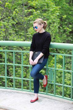 jeans + preto + sapatilha vermelha
