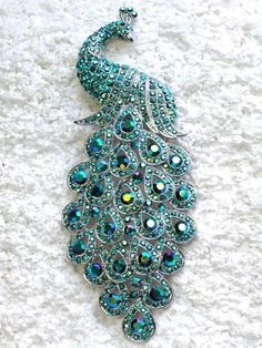 peacock brooch w/turquoise colored stones Peacock Colors, Peacock Art, Peacock Theme, Peacock Feathers, Peacock Design, Floral Design, Jewelry Box, Jewelery, Jewelry Accessories