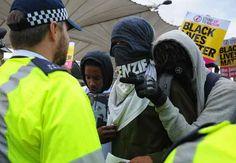 ŞASE POLIŢIŞTI AU FOST RĂNIŢI ÎN CONFRUNTĂRILE STRADALE DIN LONDRA